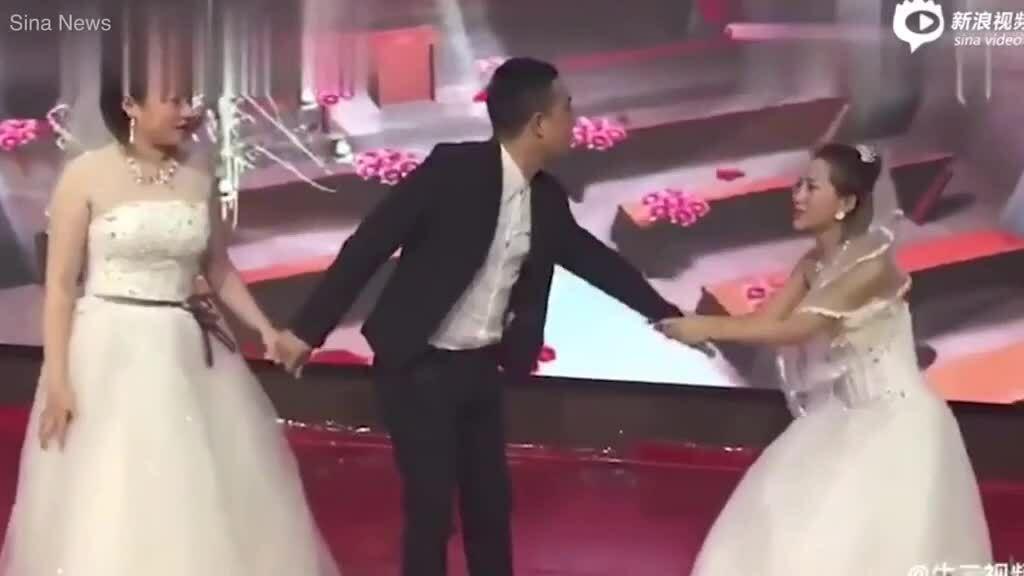 Bạn gái cũ của chú rể Trung Quốc mặc váy cưới đến phá hôn lễ