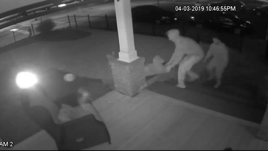 Hai tên trộm Mỹ trả lại tài sản kèm hoa và thư xin lỗi