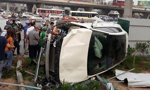 Ôtô gây tai nạn liên hoàn, hai người nhập viện ở Hà Nội