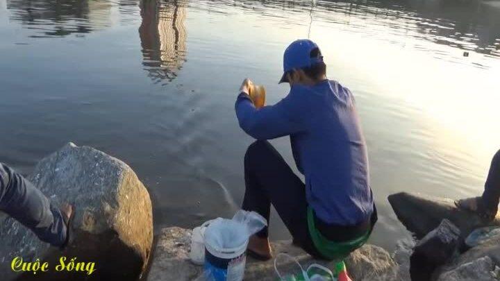 Thanh niên giật được hàng chục con cá bằng chai nhựa