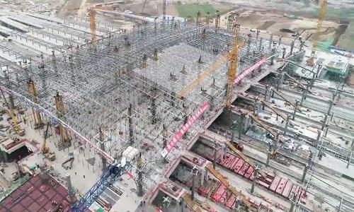 Công nhân Trung Quốc nâng khung thép 2.600 tấn lên cao 12 mét