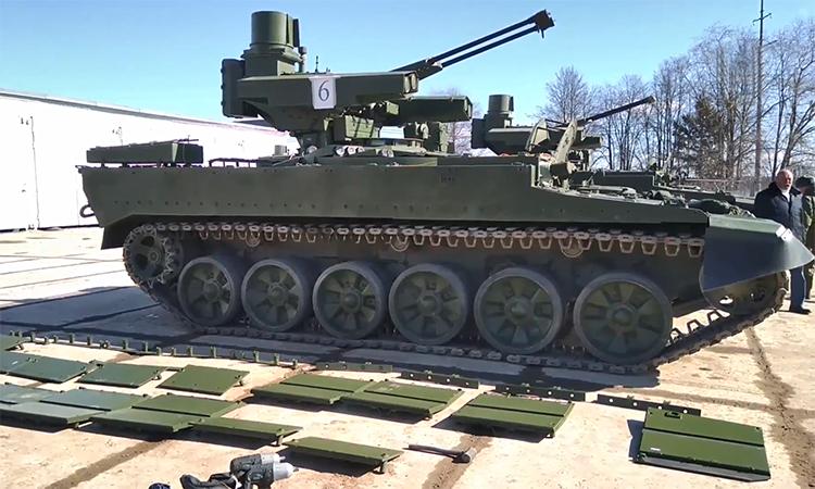 Chuyên gia Nga 'trang điểm' thiết giáp Kẻ hủy diệt tham gia duyệt binh