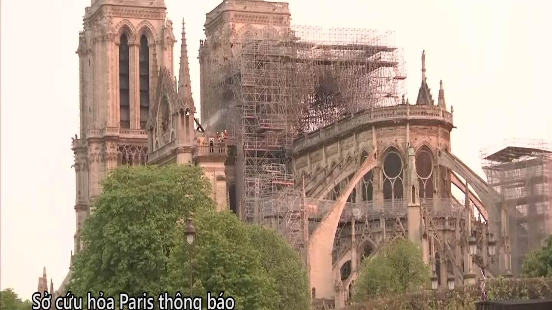 Lính cứu hỏa Pháp dập tắt tàn dư đám cháy Nhà thờ Đức Bà
