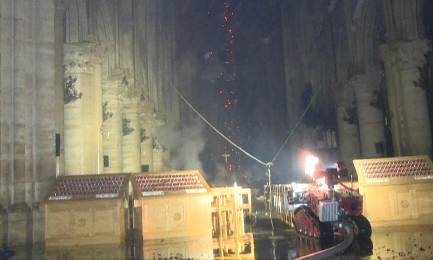 Lính cứu hỏa vật lộn dập lửa bên trong Nhà thờ Đức bà Paris