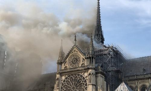Giai đoạn ngọn lửa dần bao trùm Nhà thờ Đức Bà Paris