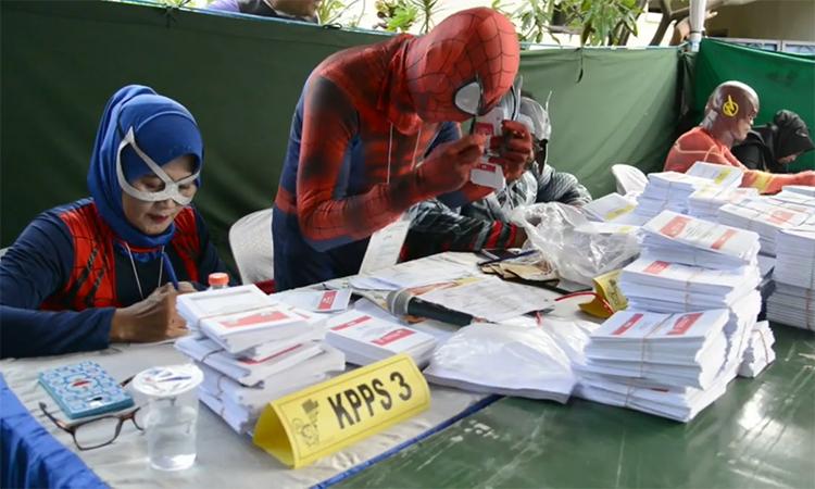 Quan chức bầu cử Indonesia hóa trang thành siêu anh hùng