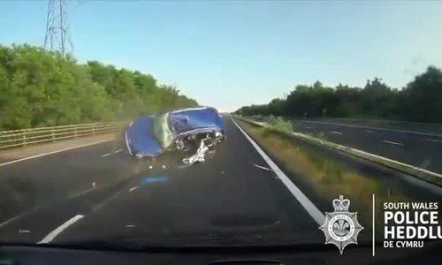 Ôtô lộn ba vòng khi chạy trốn cảnh sát