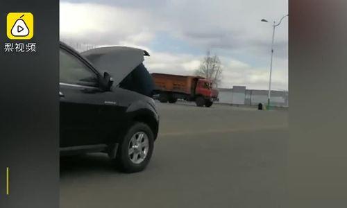 Bật nắp capo sửa ôtô khi xe đang chạy