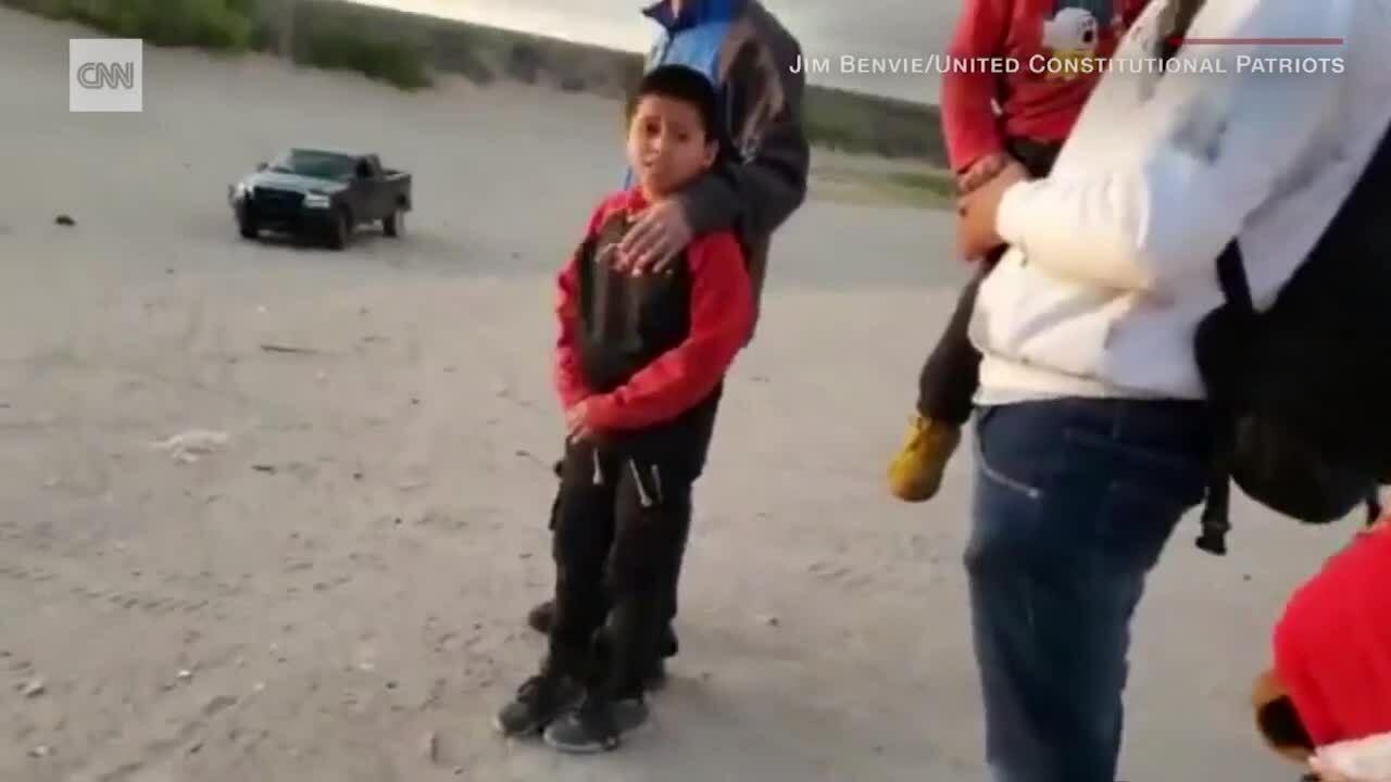 Nhóm vũ trang chặn di dân ở biên giới với Mexico