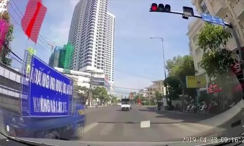 Video đoàn xe vượt đèn đỏ