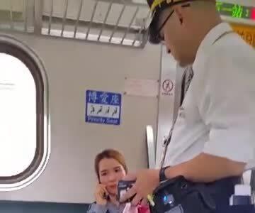 Nữ hàng khách Việt to tiếng mắng nhiếc nhân viên soát vé tàu Đài Loan