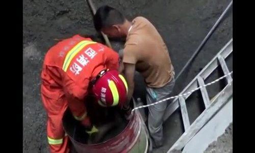 Đội cứu hộ Trung Quốc giải thoát người mắc kẹt dưới đống đổ nát sâu 4 m