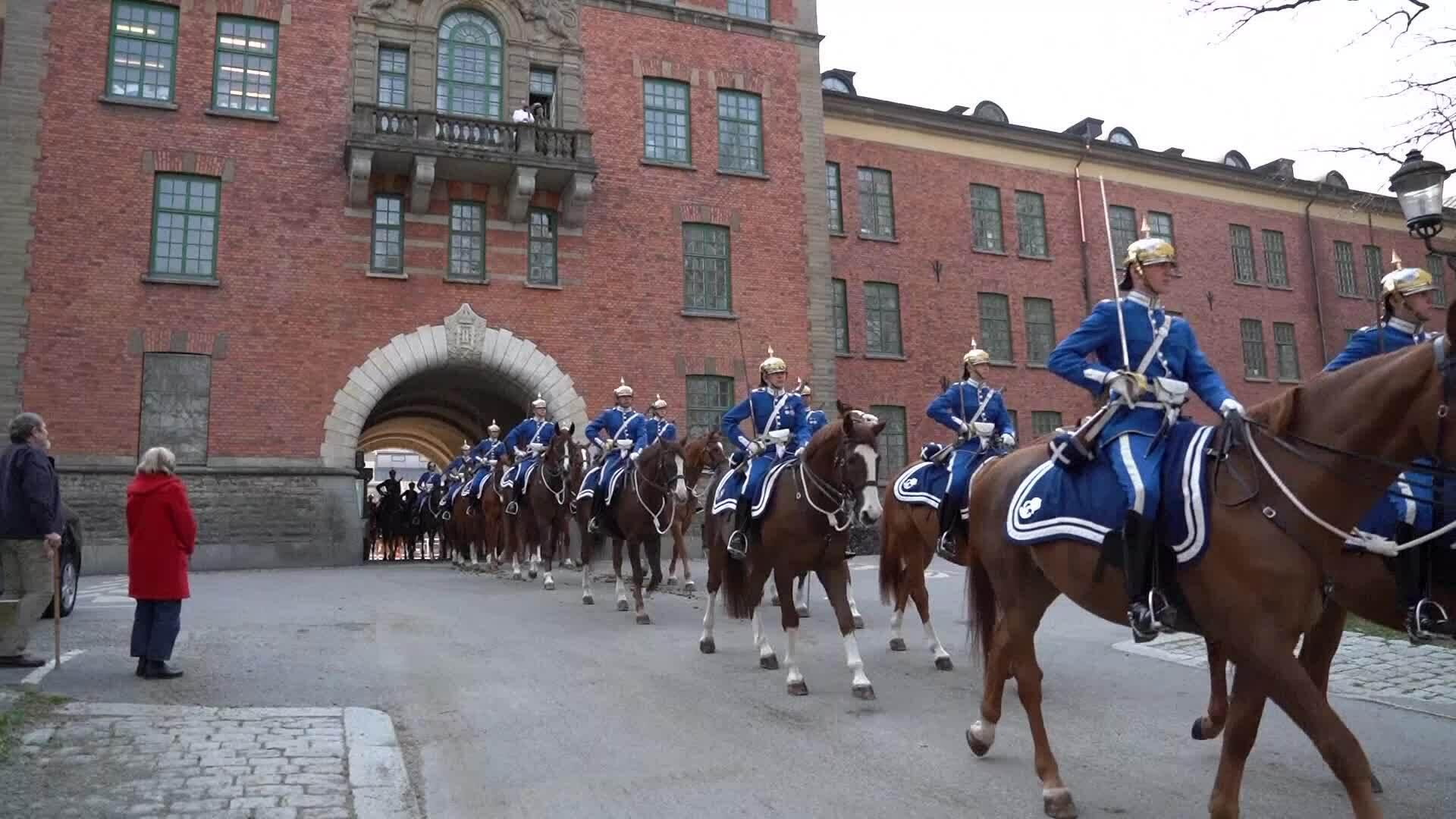 Kỵ binh Thụy Điển diễu hành tới cung điện để đổi gác