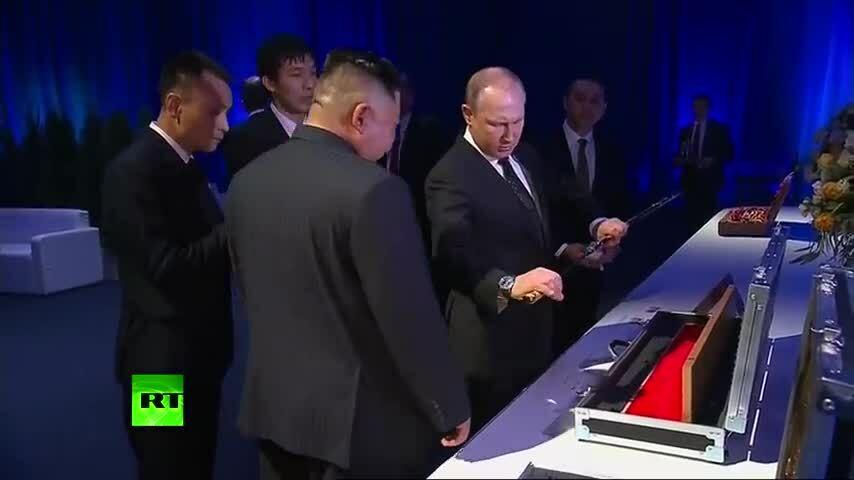 Putin và Kim Jong-un tặng kiếm cho nhau sau hội nghị thượng đỉnh