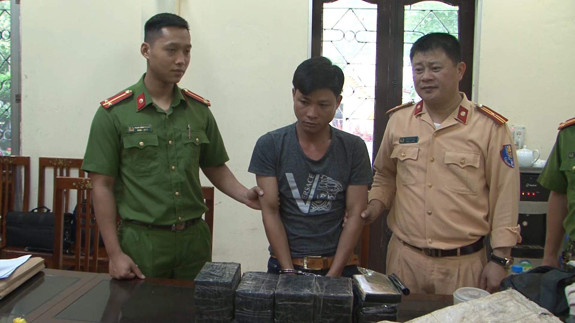 Công an Lạng Sơn bắt thanh niên vận chuyển 26 bánh heroin