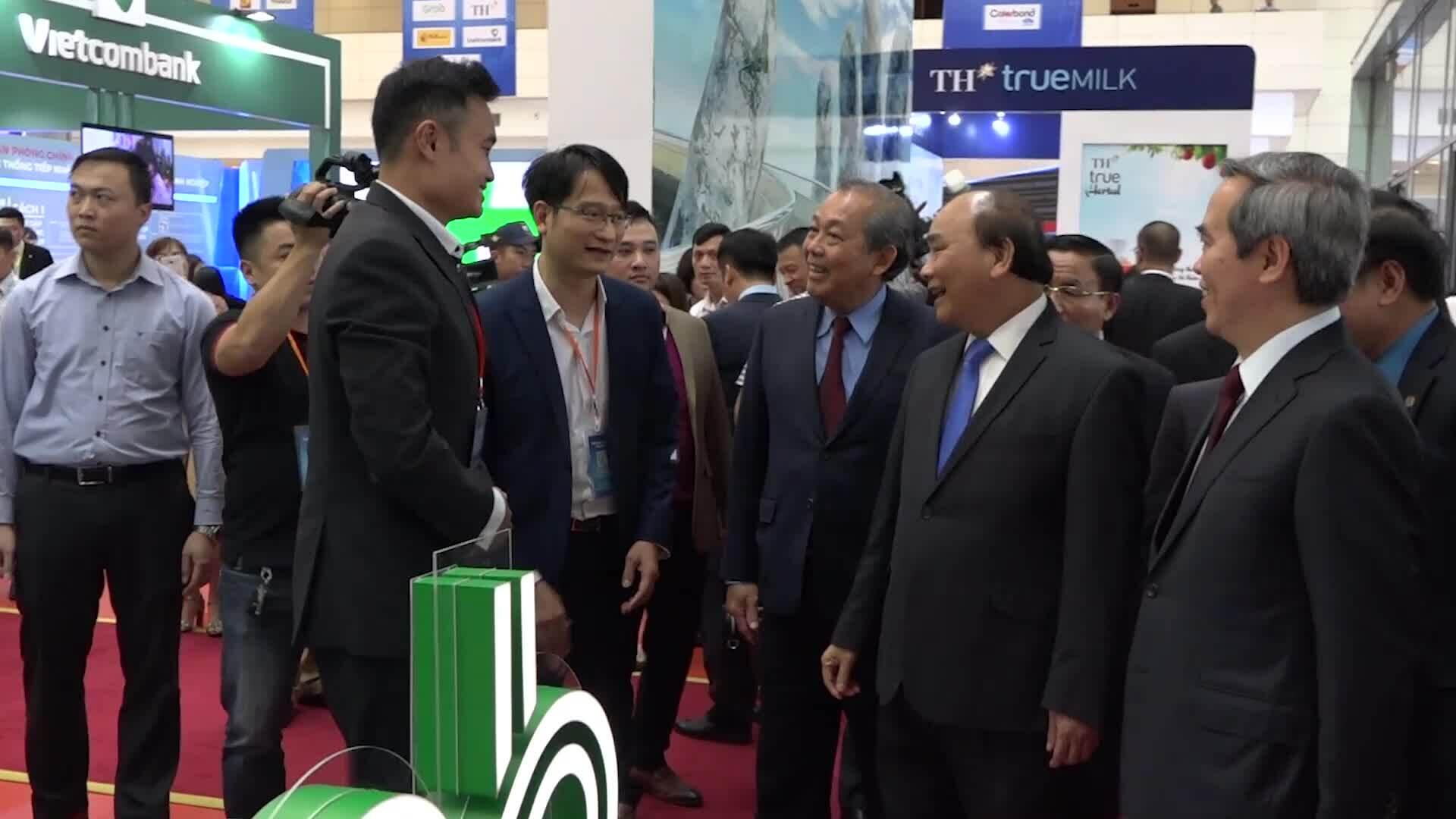Thủ tướng Nguyễn Xuân Phúc thăm các gian hàng