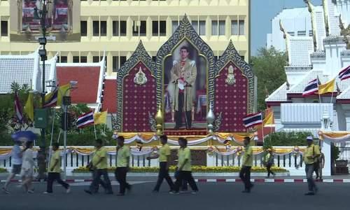 Người dân Thái Lan xếp hàng trên phố trước giờ đăng quang của Quốc vương