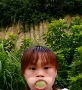 Cô gái ăn ổi kiểu 'bá đạo'