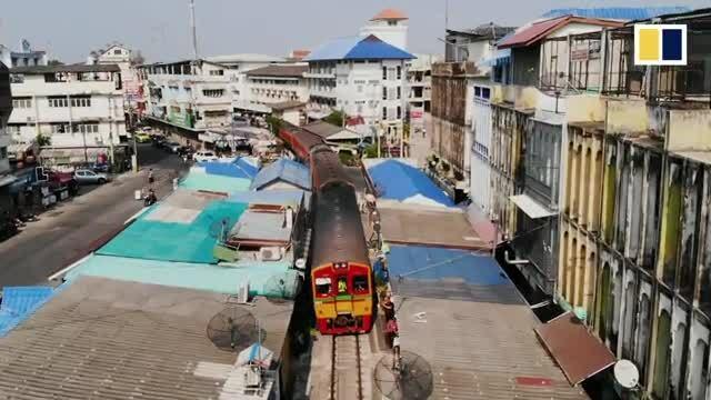Khu chợ sát đường ray tàu hỏa ở Thái Lan