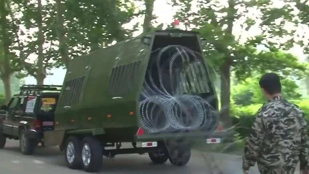 Cỗ xe rải 100 m hàng rào thép gai trong 20 giây