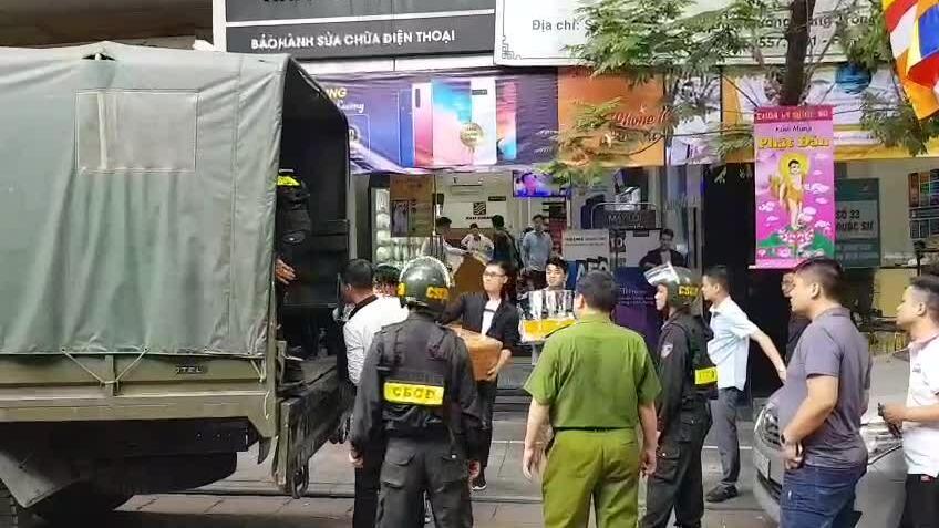 Cảnh sát kết thúc khám xét cửa hàng Nhật Cường Mobile