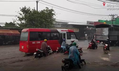 Nước mưa cuốn nhiều người đi đường ở Biên Hòa