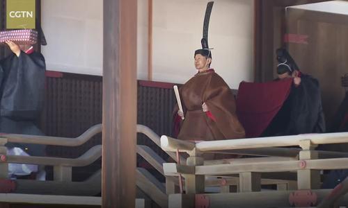 Tân Nhật hoàng thực hiện nghi lễ của Thần đạo sau khi lên ngôi