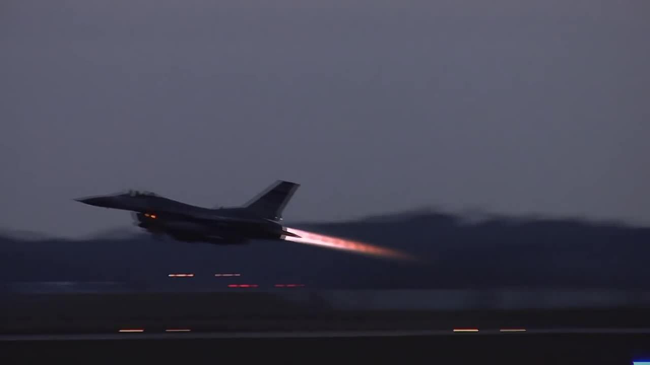 Indonesia dùng tiêm kích F-16 để đánh thức người dân