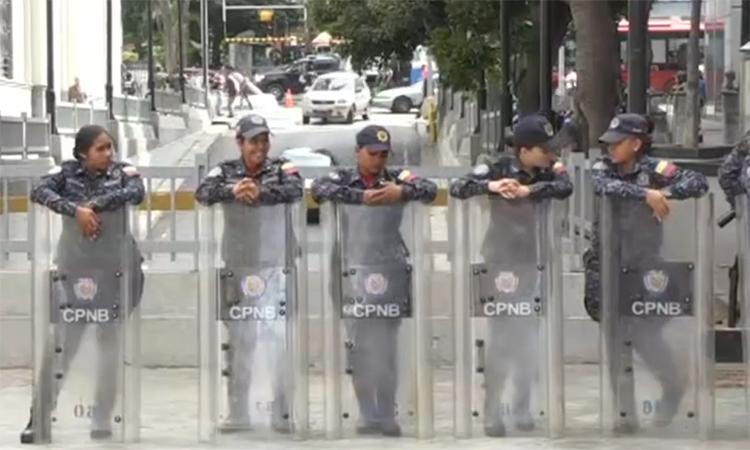 Cảnh sát Venezuela phong tỏa đường vào tòa nhà quốc hội