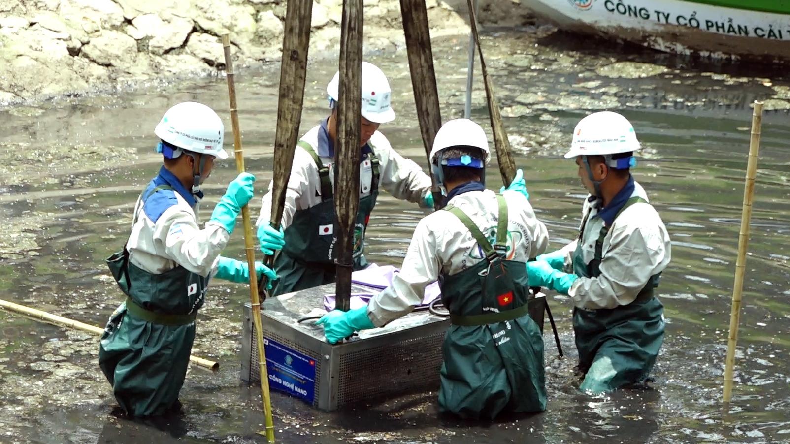 Hà Nội lắp đặt thiết bị làm sạch đoạn sông Tô lịch