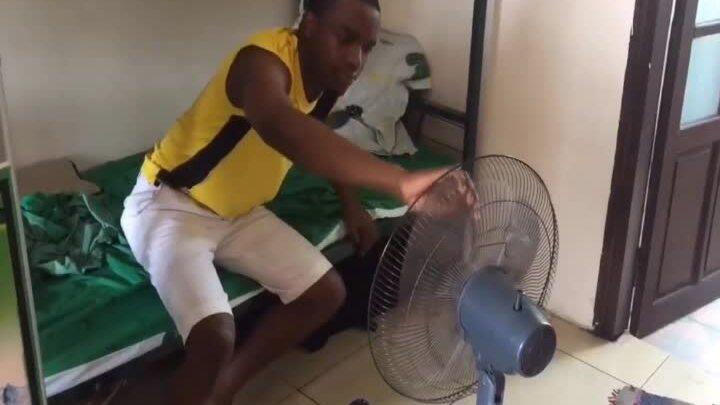 Thanh niên khốn khổ khi trời nóng lại mất điện