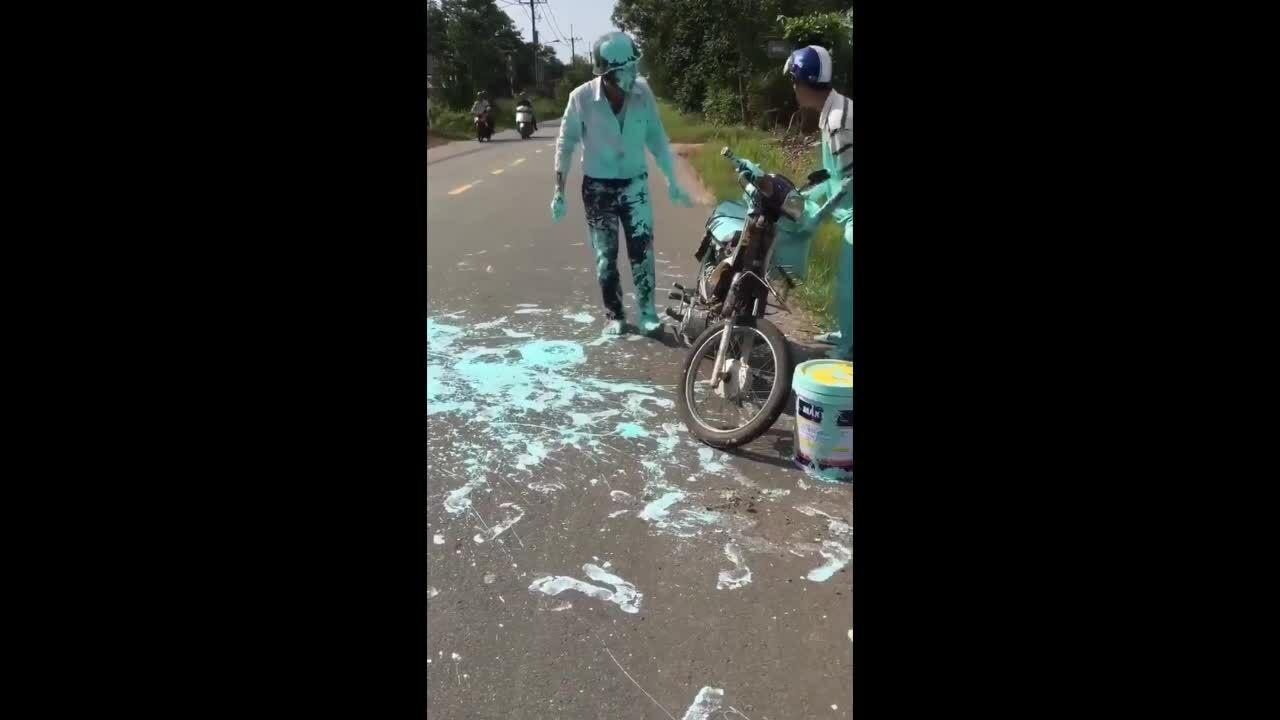 Người đàn ông mặt nhụm đầy sơn sau va chạm giao thông