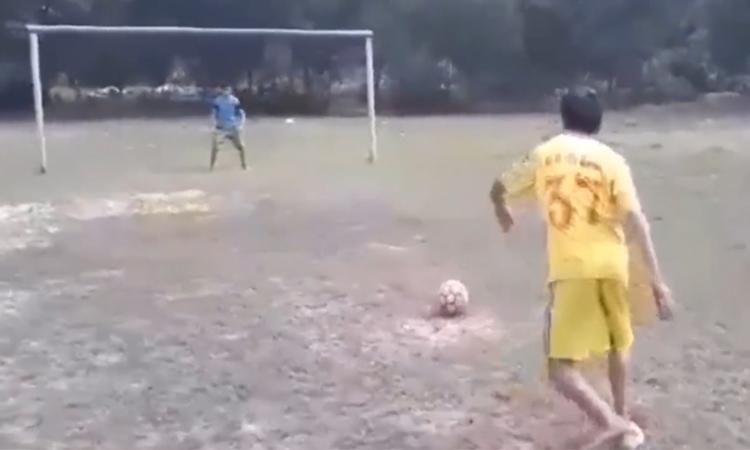 Cầu thủ sút penalty thất vọng sau khi lừa được thủ môn đối phương