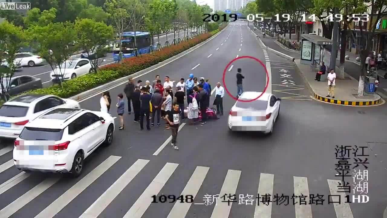 Ra đường xem tai nạn, thanh niên bị ôtô đâm