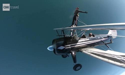 Chàng trai gốc Việt hoàn thành ước mơ đi trên cánh máy bay