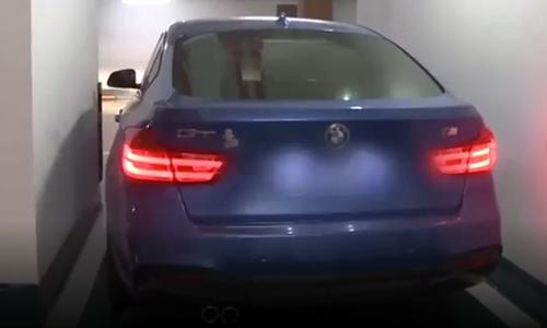 Tốn 29.000 mua chỗ đỗ, nữ tài xế BMW không thể ra khỏi xe