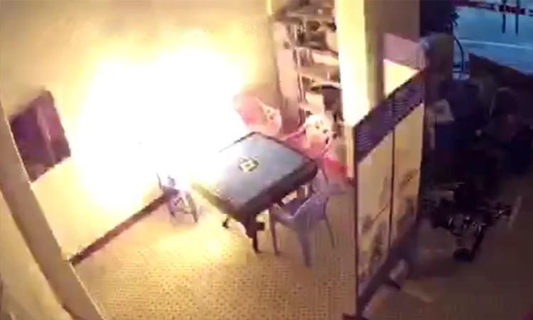 Ắc quy xe máy điện phát nổ khi đang sạc ở Trung Quốc
