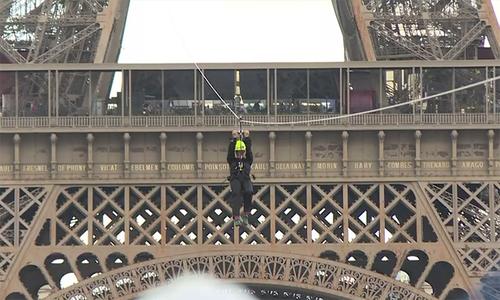 Đường trượt dây từ độ cao hơn 100 m trên tháp Eiffel