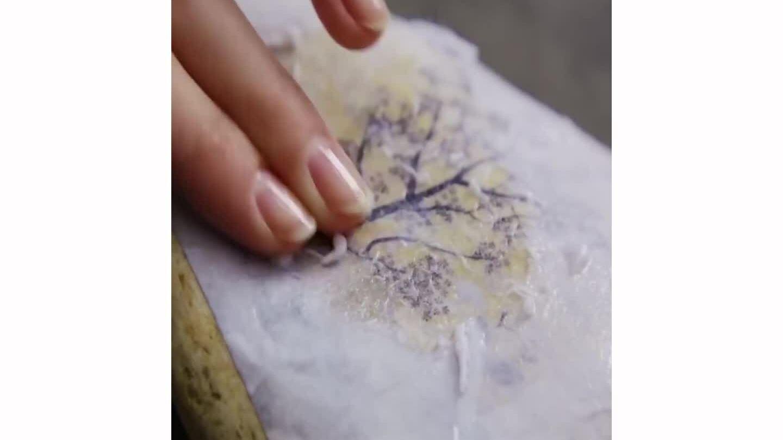 Cách in tranh từ giấy lên đá và gỗ với keo sữa