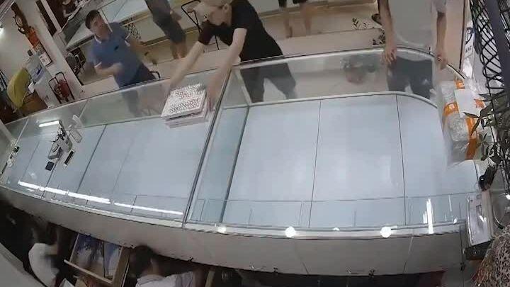 Nam thanh niên xông vào cướp tiệm vàng