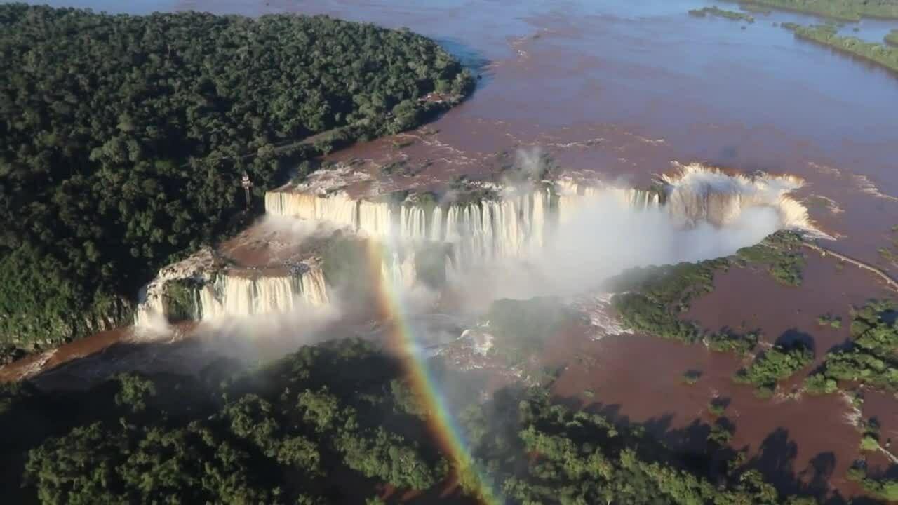Cụm 275 thác nước tuôn đổ sau mưa lớn ở biên giới Brazil