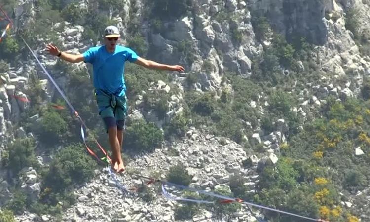 Những người Pháp thích mạo hiểm đi trên dây ở độ cao 300 m