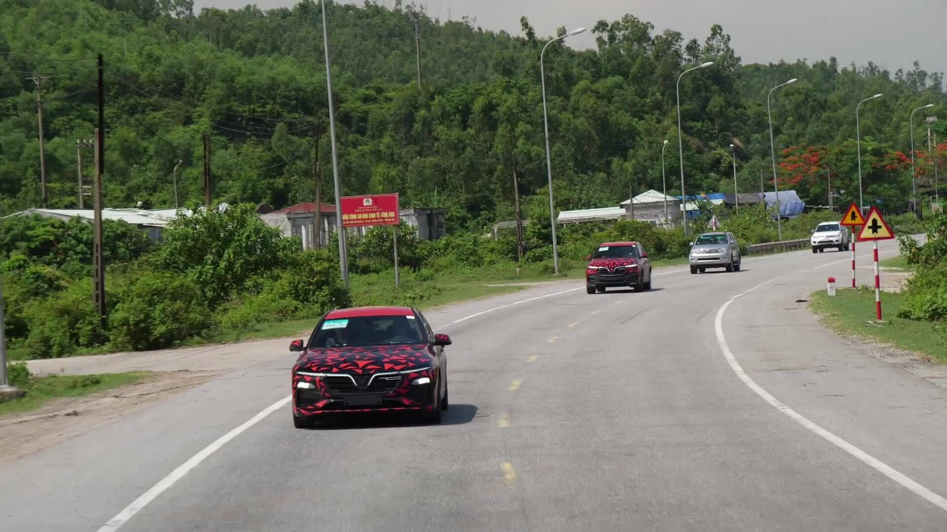 Hành trình xuyên Việt 6.000km của xe VinFastHai chiếc VinFast Lux đi dọc đất nước trong 15 ngày, trả