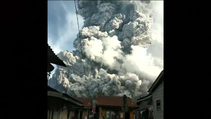 Núi lửa Indonesia phun cột khói cao 7 km