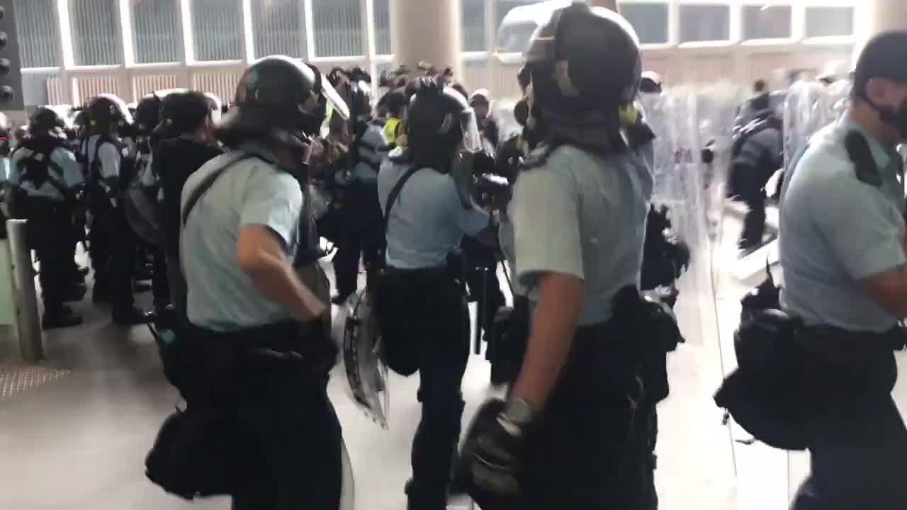 Cảnh sát Hong Kong đụng độ người biểu tình