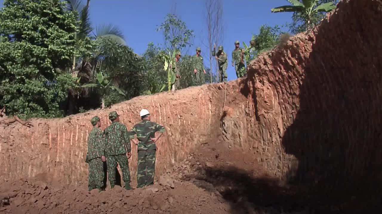 Công binh di dời quả bom khủng trong vườn nhà dân