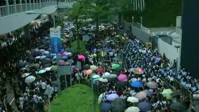 Người biểu tình Hong Kong chặn kín lối vào trụ sở các văn phòng chính quyền