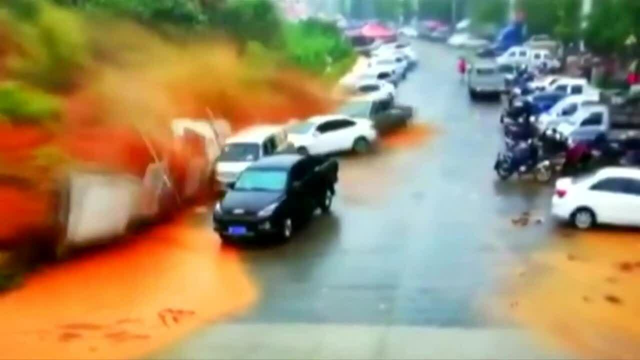 Đất lở cuốn phăng ôtô ở Trung Quốc