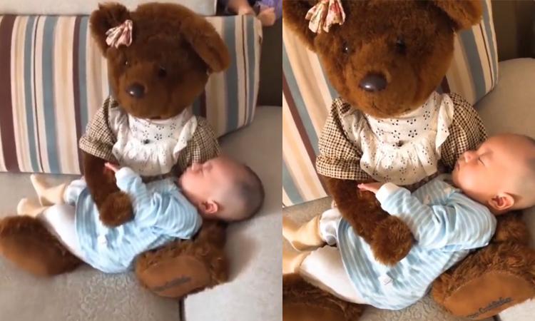 Mẹ dùng gấu bông thay mình bế con khi ngủ