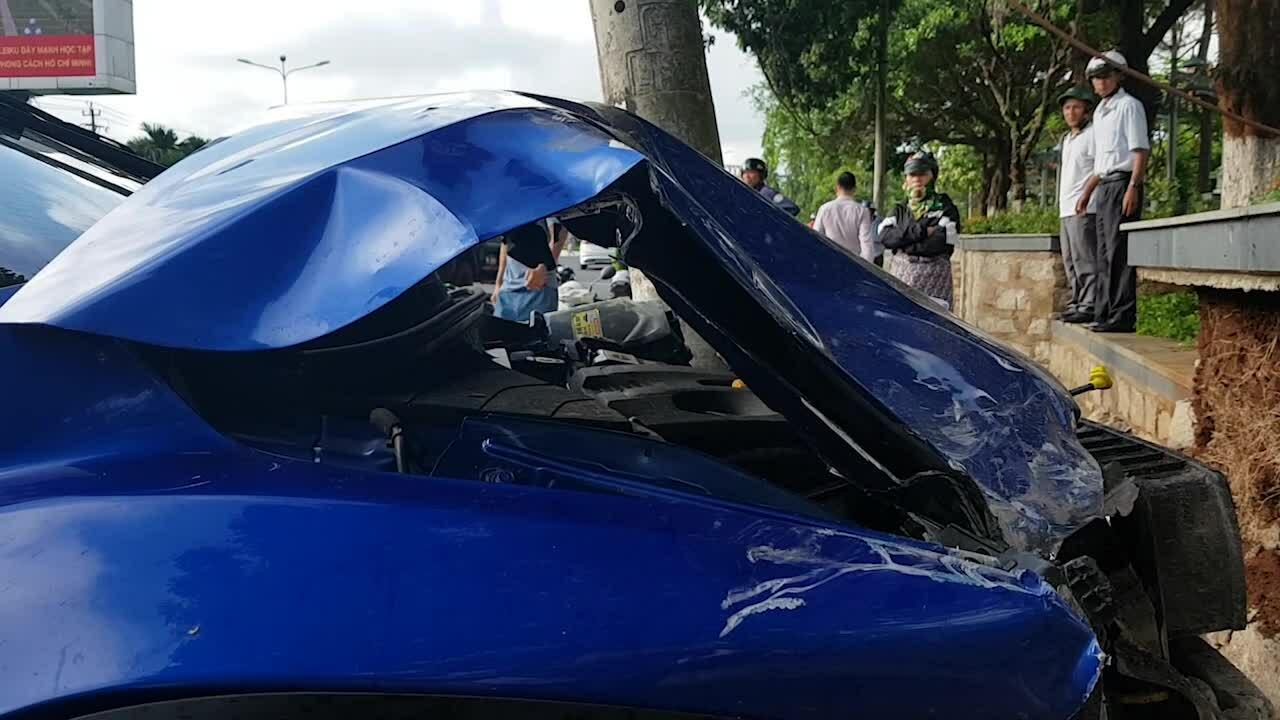 Ôtô 4 chỗ tông nhiều xe máy dừng đèn đỏ ở Gia Lai